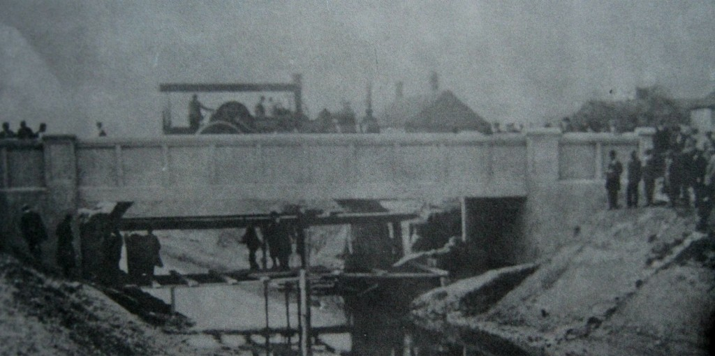 AOS P 1673 money bridge over river glen, testing the new ferro concrete structure 1911